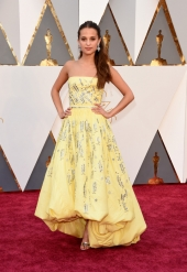 001-alicia-vikander-saty-louis-vuitton-oscars-2016-red-carpet