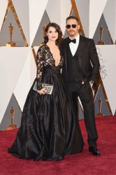005-tom-hardy-oblek-gucci-charlotte-riley-saty-gauri-nainika-oscars-2016-red-carpet