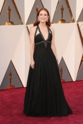 015-julianne-moore-saty-chanel-oscars-2016-red-carpet