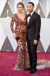 017-chrissy-teigen-saty-marchesa-john-legend-oscars-2016-red-carpet