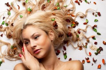 Chystáte sa ošetrovať svoje vlasy prírodnými prostriedkami? Predstavíme vám byliny pre rôzne typy vlasov – pre suché vlasy, pre normálne vlasy i pre mastné vlasy.