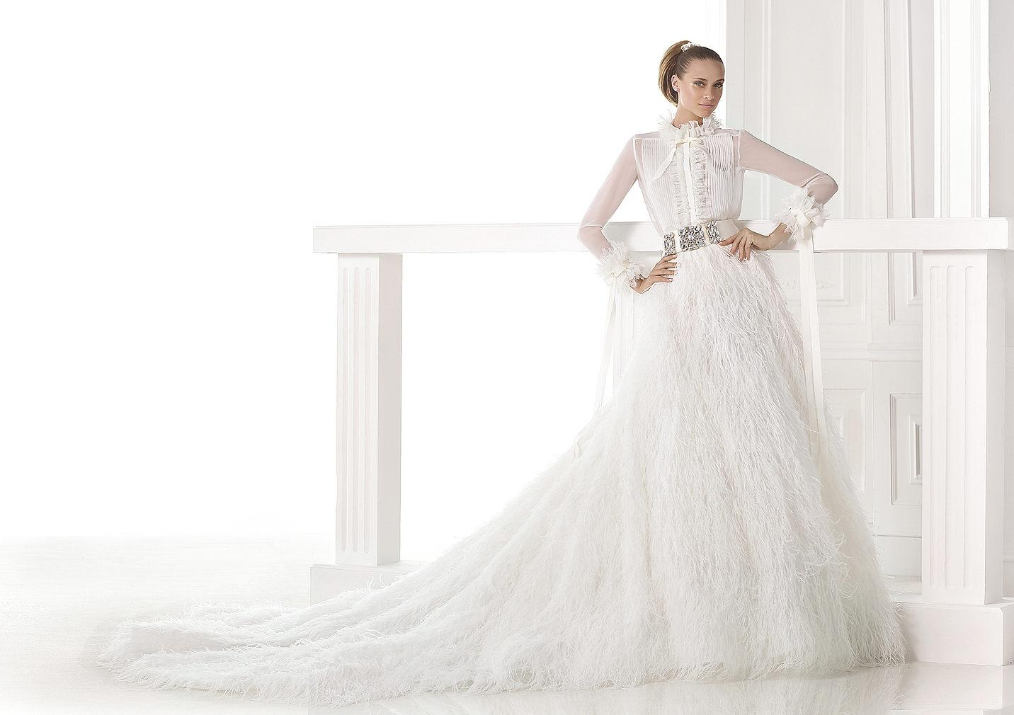 Svadobné šaty Pronovias z kolekcie S / S 2015 a jednoduchý svadobný účes s copom.