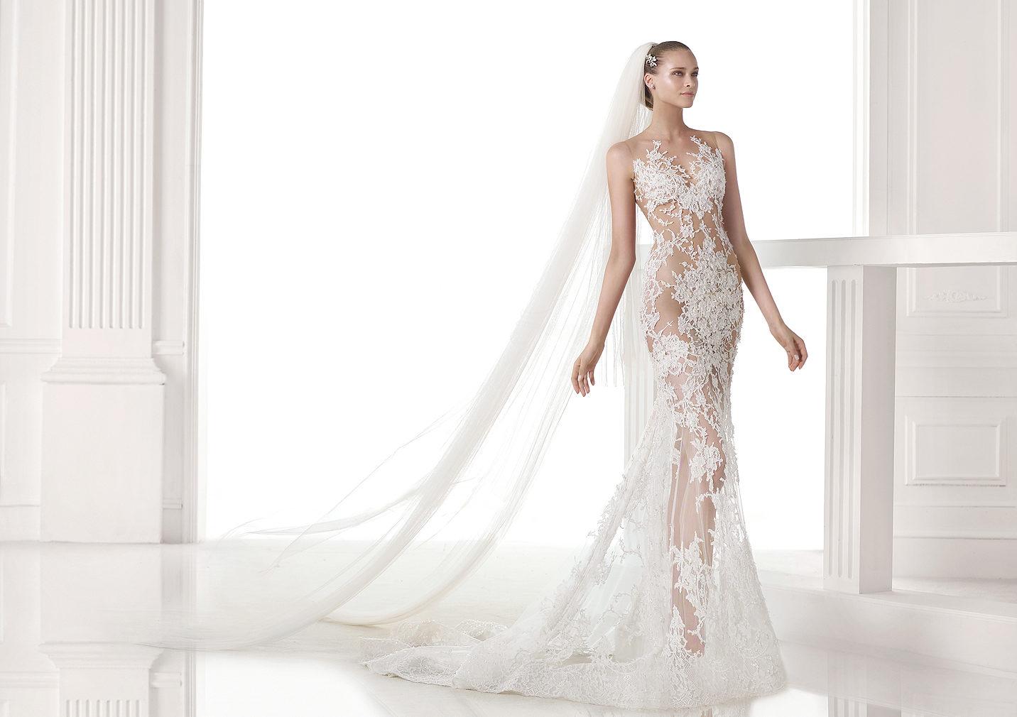 Svadobné šaty Pronovias z kolekcie S/S 2015 z extravagantnej priehľadnej čipky s účesom s dlhou vlečkou.
