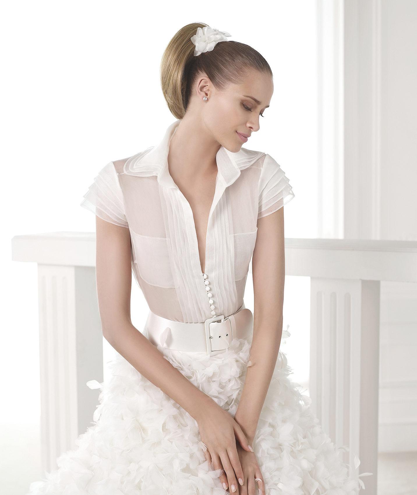 Svadobné šaty Pronovias z kolekcie S / S 2015 módne kombinujúci biznis blúzku a bohatú sukňu s opaskom