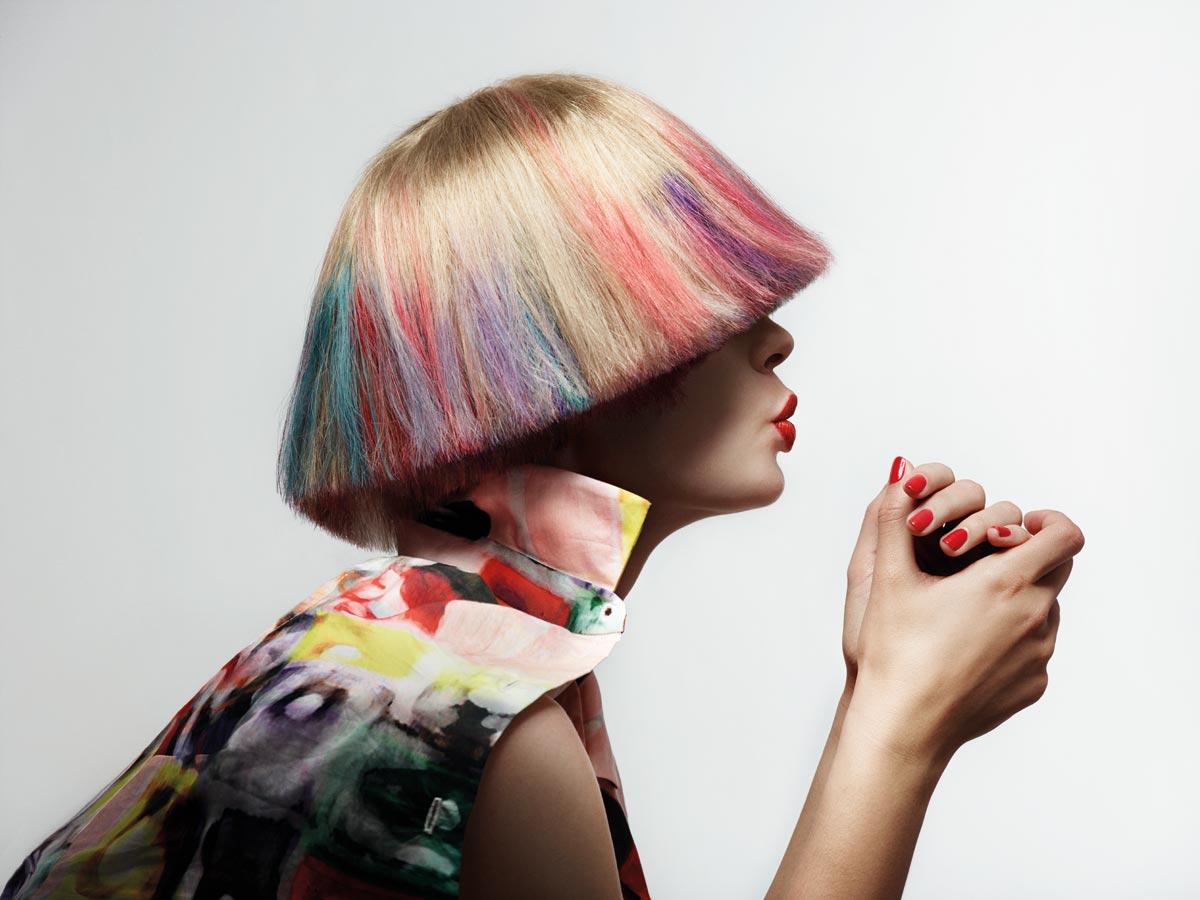 Najvýraznejšie vyzerá v kolekcii blond bôb s pestrým kolorováním, ktorého je možné dosiahnuť jednoducho napríklad pomocou farebných kried na vlasy Hair Chalk.