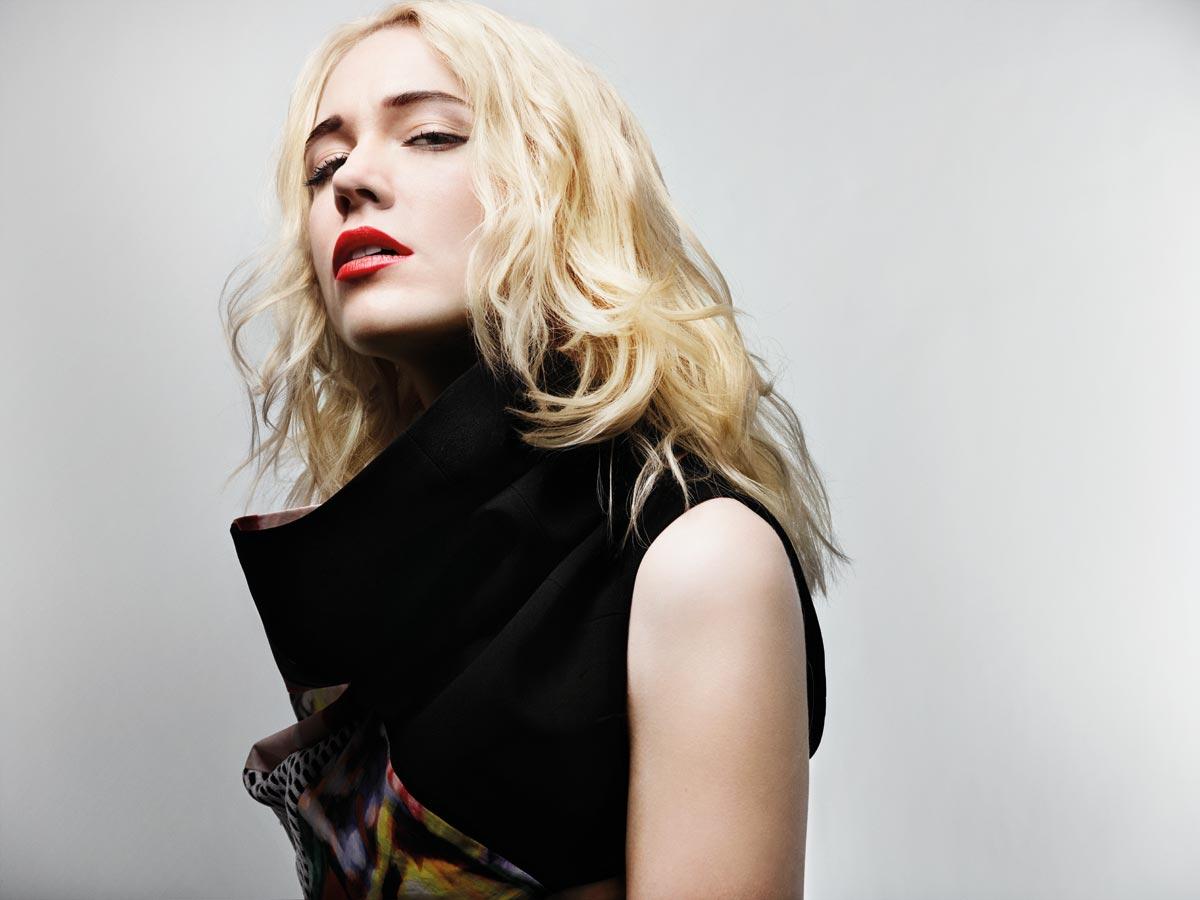 Nádherné dlhé blond vlasy z kolekcie Haute Coiffure Française Arty pre jeseň / zima 2014/2015.