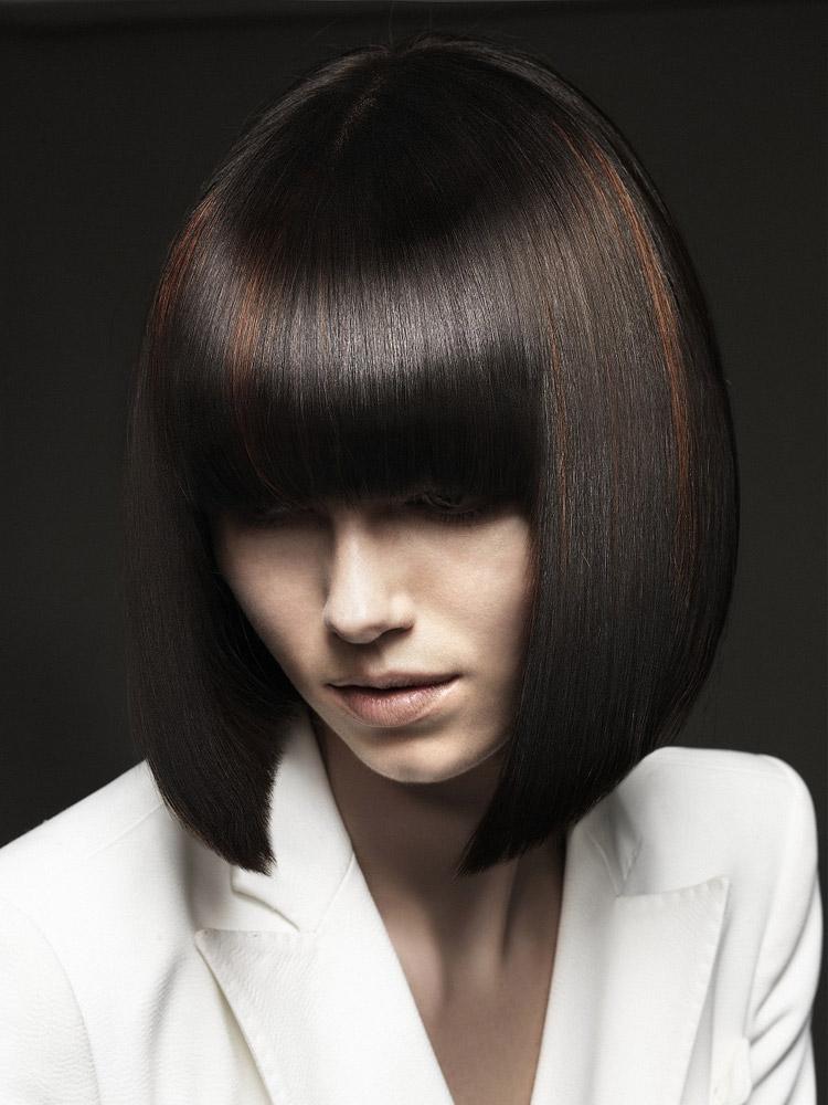 Účesy pre polodlhé vlasy jeseň/zima 2014/2015: Dokonale hladké mikádo s farebnými akcentmi.