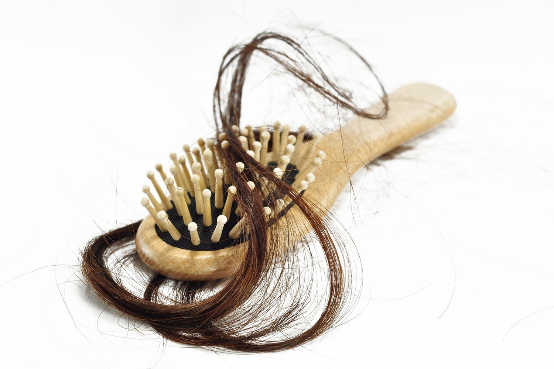Aj bežné lieky dostupné bez lekárskeho predpisu môžu zapríčiniť vypadávanie vlasov.