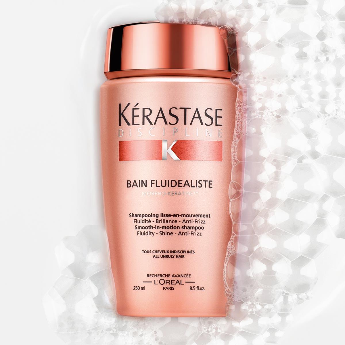 Bain fluidealiste z radu Discipline od Kérastase je uhladzujúca šamponová kúpeľ pre všetky vlasy náročné na úpravu, ktorá zanecháva vlasy v pohybe.