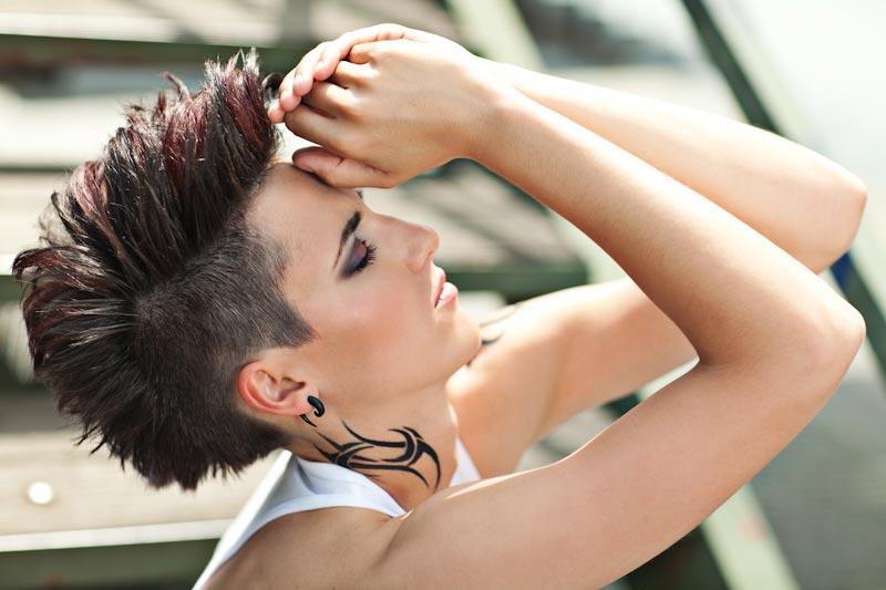Víťazný účes Evy Komínkovej v súťaži Denim Code Matrix inšpirovaný módou 90. rokov, denimom a kultovou kapelou Depeche Mode.