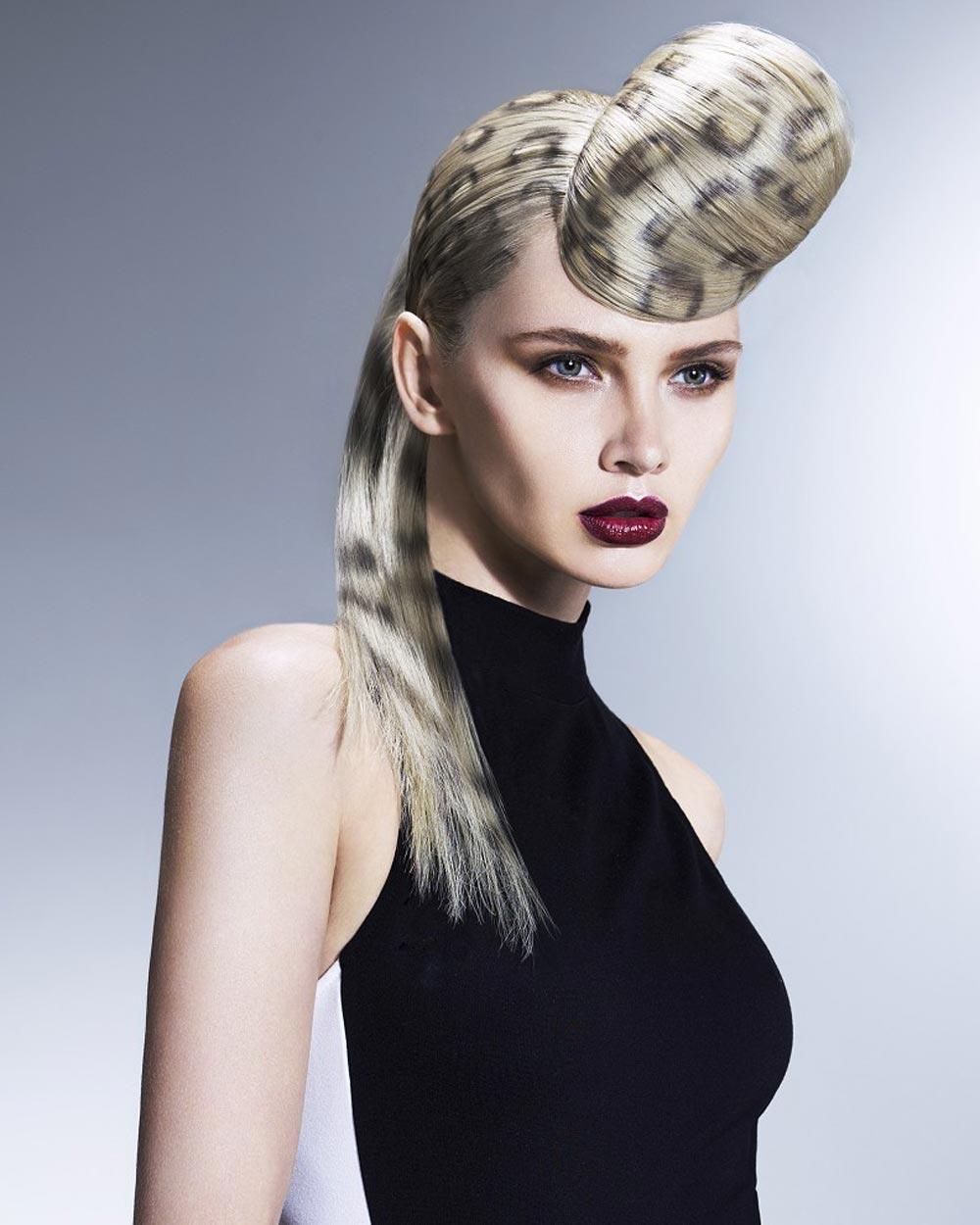 Čierne a biele vlasy – skúste si na blond vlasy nastriekať čierne vzory.