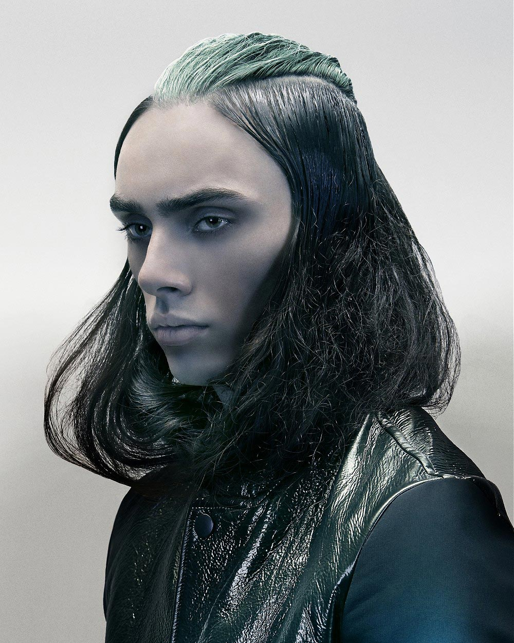 Dlhý pánsky party účes pre mladých mužov. Zakladá si na striebristom trblietaní, mokrom efektu a extravagantne zelenej partii vlasov.