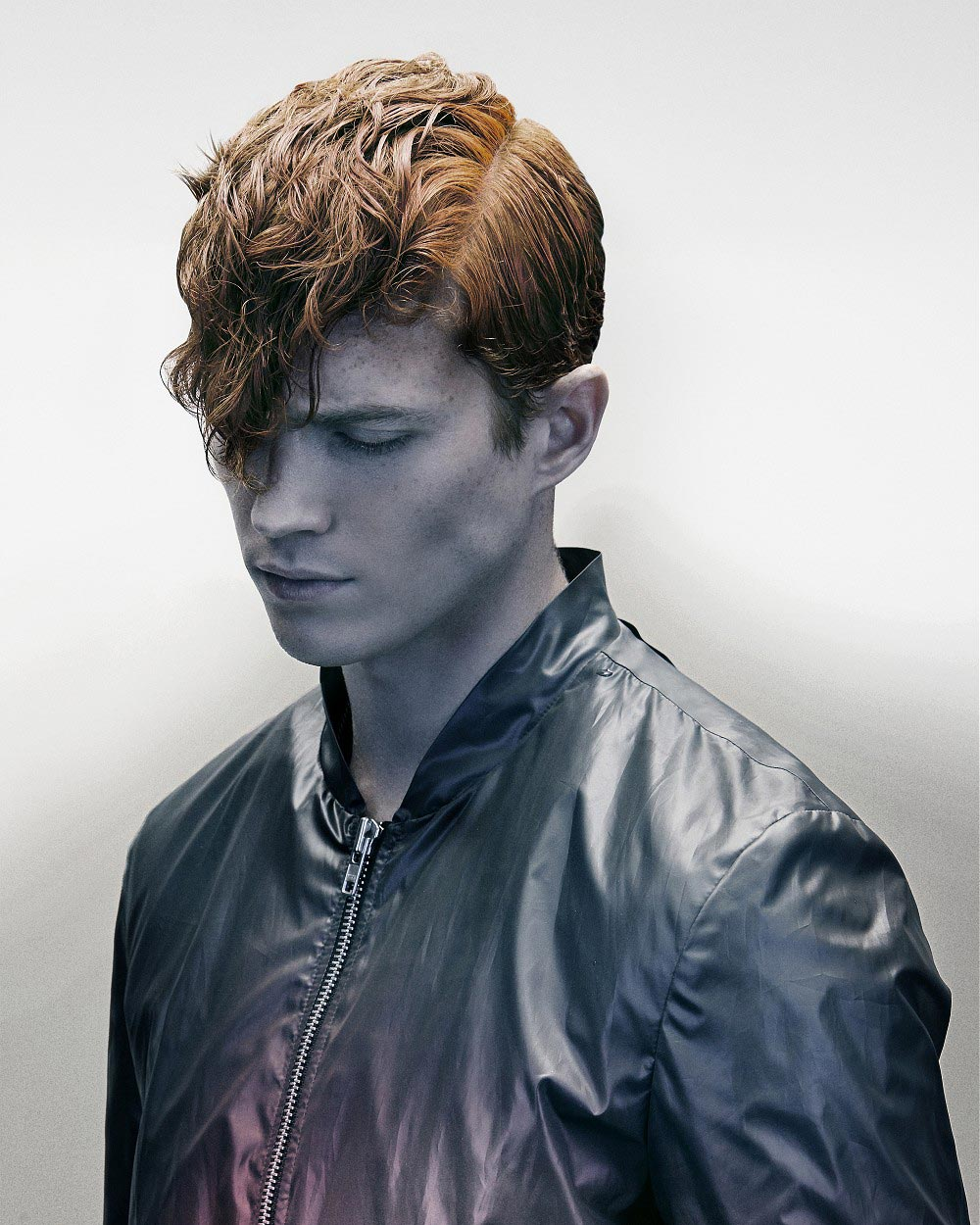Medzi mužmi sú 4% ryšavých. Ak medzi nich patríte, skúste experimentovať s vlastnou prirodzene ryšavou farbou tým, že vlasom pridáte atraktívny strih. Trebárs vo forme dlhej rozvlnenej prednej partie vlasov.