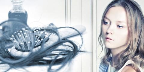 Aj keď vypadávanie vlasov u žien nebýva tak časté a väčšinou ani tak deštruktívne ako u mužov, môže nás prekvapivo potrápiť viac, než si myslíme!