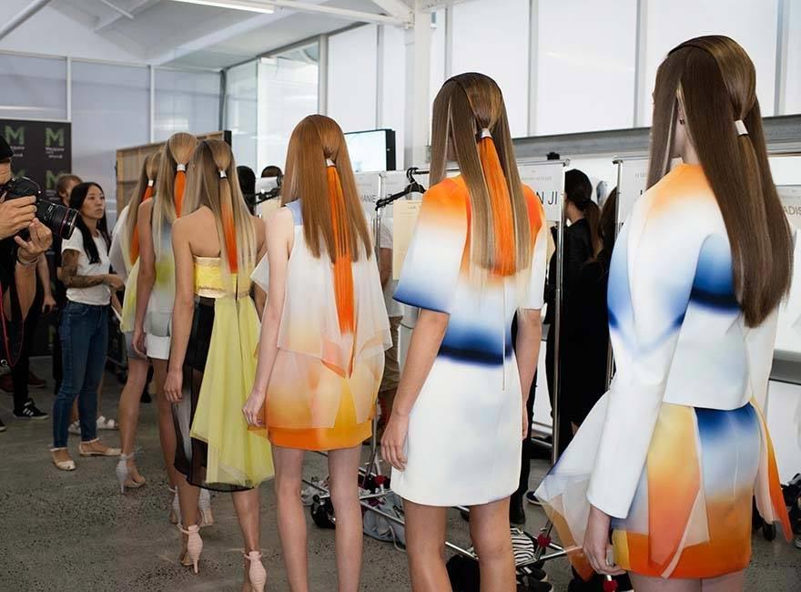 Skvelé účesy Y Salon prepojili obľúbené ombre a farebný vrkoč. Účesy vznikli pre módnu prehliadku Haryono Setiadi S/S 2015, prezentovanou v rámci austrálskeho Fashion Week.