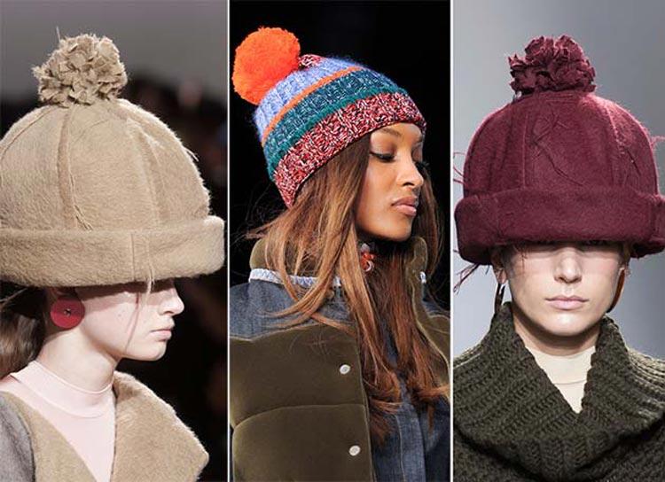 Čiapky a klobúky pre jeseň/zima 2014/2015: Na hlavu si v tejto sezóne nasaďte čiapky, ale aj klobúky s brmbolcami.