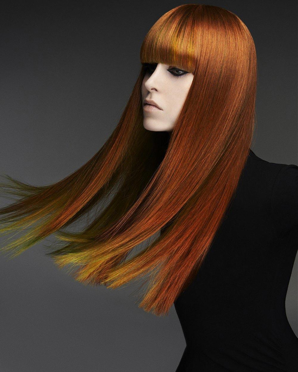 Podfarbenie vlasov v dĺžkach dlhých vlasov vyzerá skvele. Skúste mahagónovú farbu vlasov osviežiť žltou. Účesy sú z kolekcie Ken Picton.