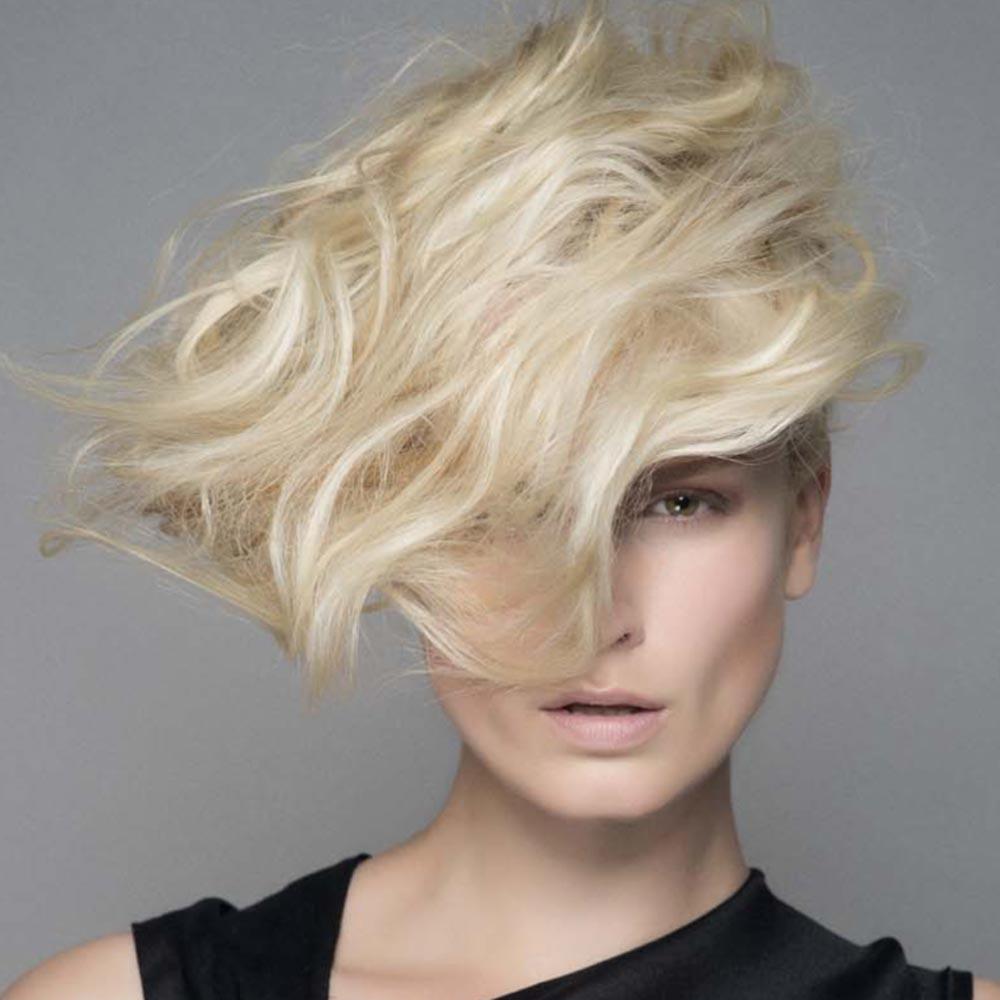 Francúzske účesy Laurent Decreton v ultra blond odtieňoch.