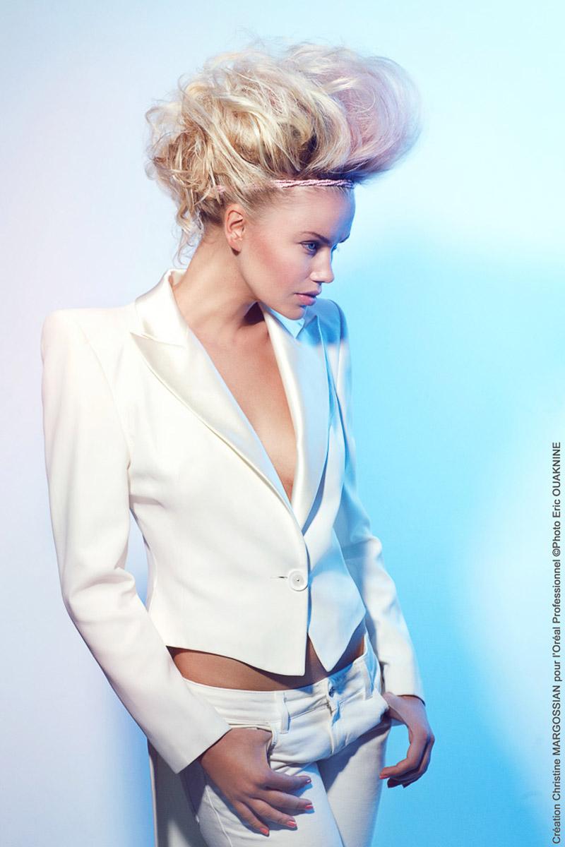 Rebelský blond výčes do spoločnosti s ružovo pastelovými blond vlasmi z kolekcie účesov Christine Margossian.