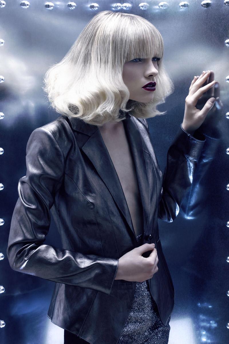 Nádherné polodlhé blond vlasy so striebornou vrchnou partiou z kolekcie účesov Christine Margossian – Metallic Letters.