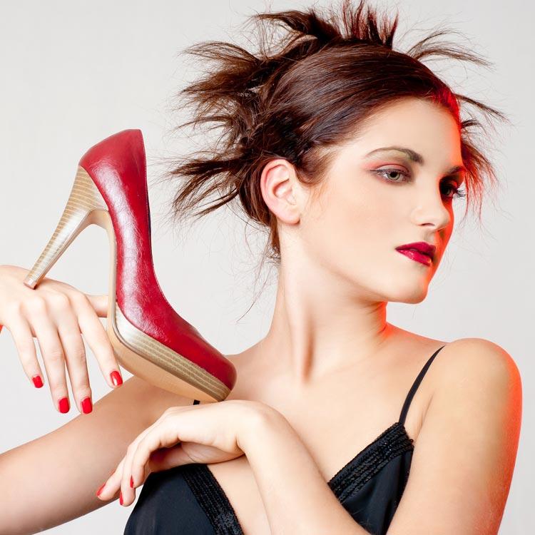 Nielen šaty a topánky si musíte vedieť na ples správne vybrať. A zrovna účesy na ples pre polodlhé vlasy vás môžu dosť potrápiť! Jo, a mimochodom, takéto topánky si na ples rozhodne neberte!