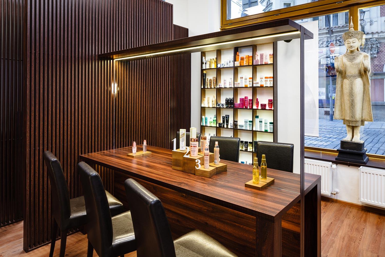 Salon Liquid má novo tiež tester stolík, na ktorom zákazníci nájdu kozmetické novinky a môžu si ich vyskúšať.