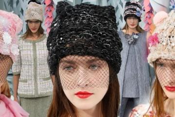 "Minule to boli tenisky, tentoraz čiapky – Karl Lagerfeld im za pomoci Haute Couture kolekcie Chanel dal punc luxusu a noblesy ""vysokého krajčírstva""."