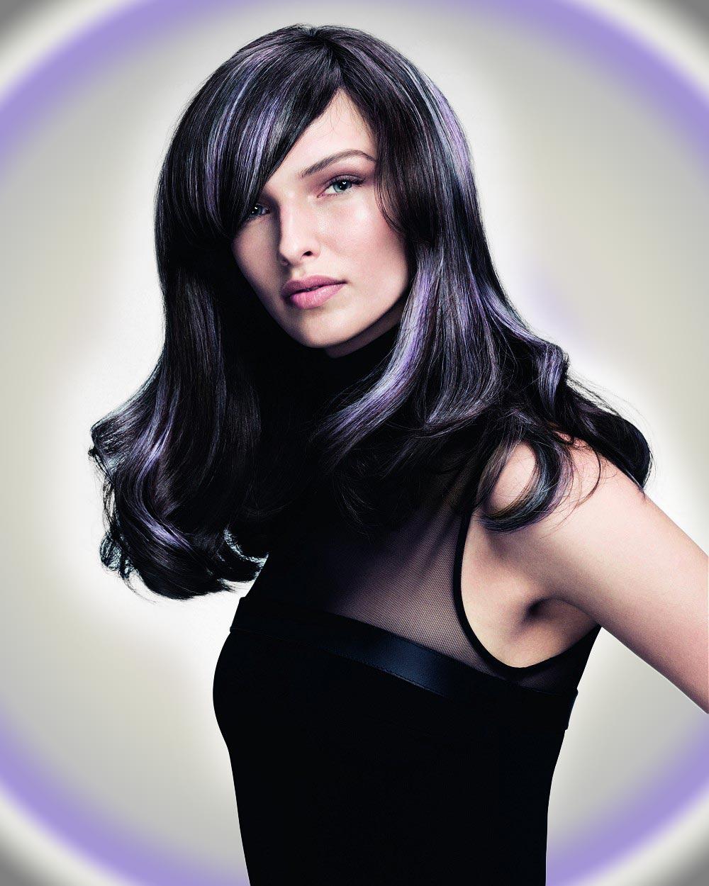 Dlhé čierne vlasy so striebristo fialovým melírom. (Účesy sú z kolekcie SHINE – Davines Collection 2015 a za účesmi stojí kaderník Angelo Seminara.)