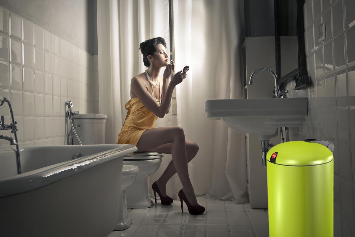 Obyčajný odpadkový kôš v neobyčajnom designe a farbe dokáže vyzdvihnúť interiér aj v tej najobyčajnejšej kúpeľni.