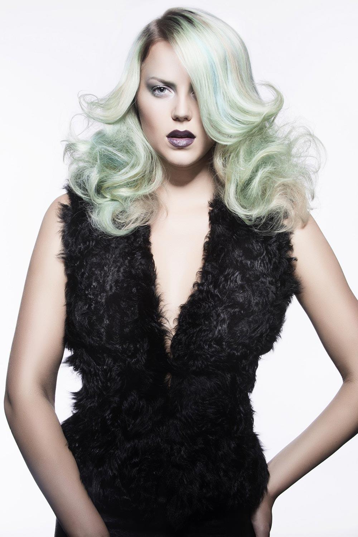 Dymové líčenie vlasov môže byť i v pestrých farbách.