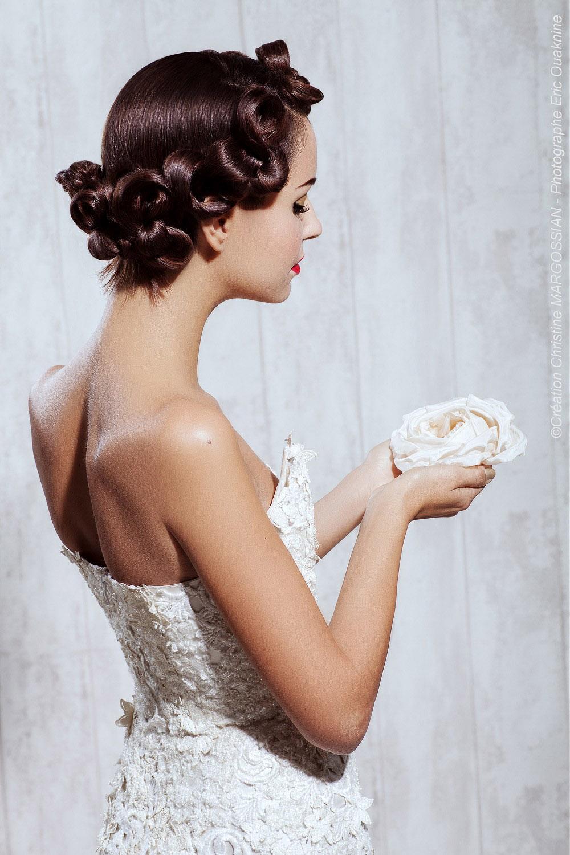 Svadobný účes z dlhých vlasov môže vypadať tiež ako moderný dirndl. (Kaderník: Christine Margossian)