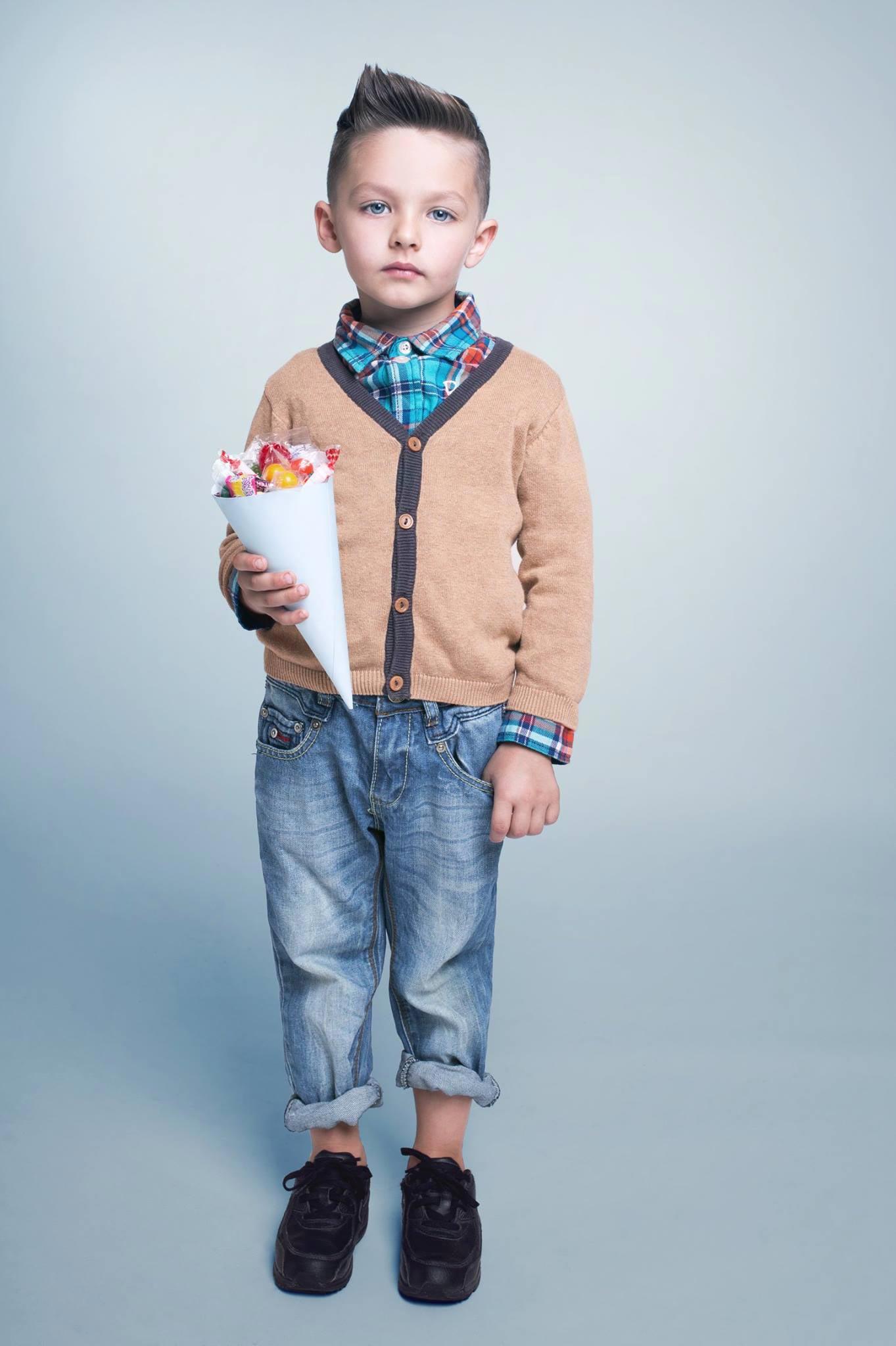 Chlapčenský krátky účes s výrazným stylingom inšpirovaným pánskymi kolekciami účesov. Účes pre chlapcov je z kolekcie Terezy Novej Nativity pre Bomton.