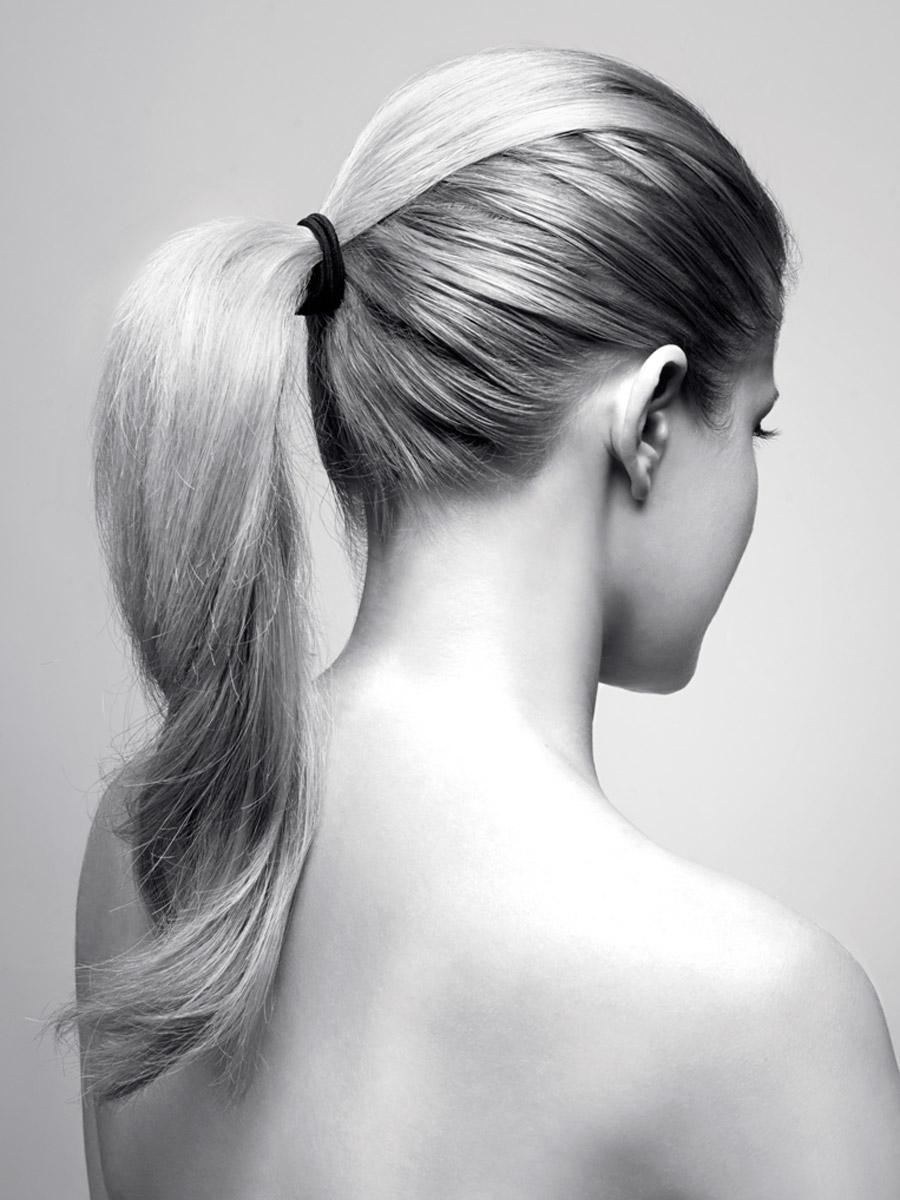 Rovné vlasy s podtexturou stiahnuté do chvosta – aj takto môže vyzerať dokonalosť jednoduchého svadobného účesu 2015. Účes je z kolekcie Bomton Weddings 2015.