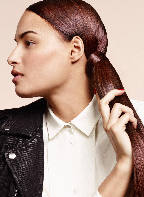 Efekty vo vlasoch podľa Delphine Courteille: rovný vrkoč zviazaný vlastnými vlasmi. Účesy pre jeseň/zima 2015/2016.