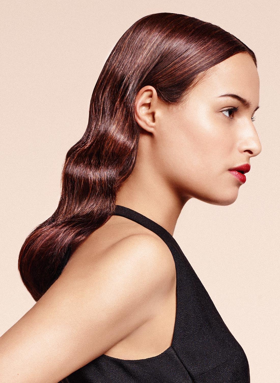 Efekty vo vlasoch podľa Delphine Courteille: hladké hollywoodske vlny ako s čelenkou. Účesy pre jeseň/zima 2015/2016.