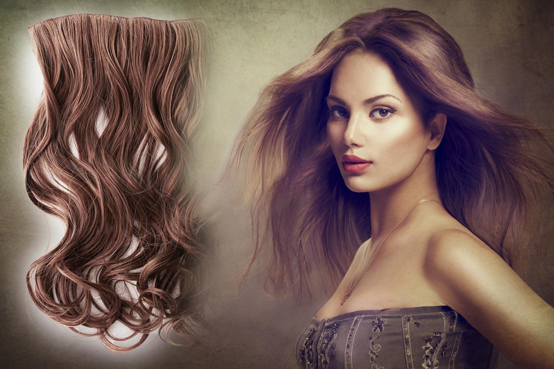 Clip-in vlasy upevnené na praktických pásikoch so sponkami sú dnes najpopulárnejšou metódou predlžovania vlasov. Bez návštevy kaderníckeho salónu si ich dokážeme pripnúť samy.