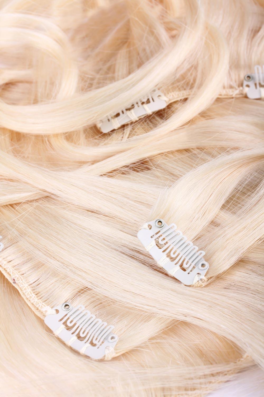 Clip-in vlasy sú v pásoch opatrených sponkami pre jednoduché a pevné uchytenie do našich vlasov.