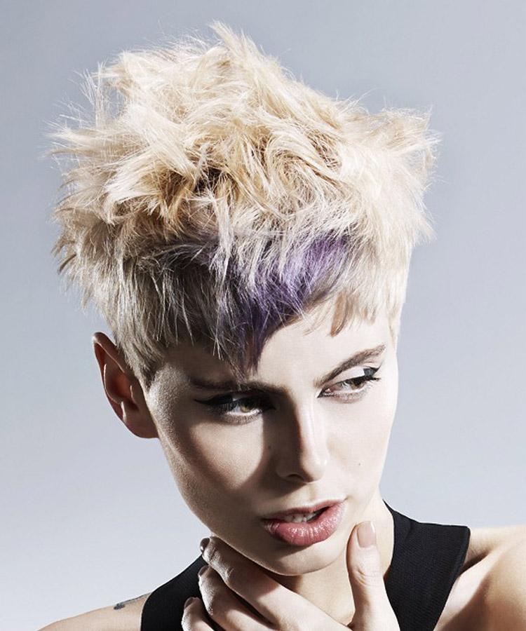 Farba vlasov dokáže taktiež opticky pretiahnuť aj extrémne okrúhlu tvár. Je ideálny doplnok pre účes pre okrúhlu tvár. Účes je z kolekcie Reed Hair Artistic Team – Faye Meredith, Adam Dyer, Georgia Tucker, Pheobe Hall. (Foto: John Rawson)