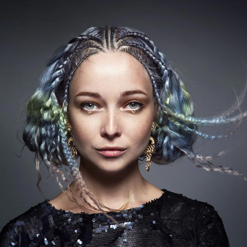Farebné vlasy 2016 – našedlé dúhové farby vyzerajú skvele aj v pletených účesoch. (Cameron LeSiege pre Paul Mitchell – hAiREA 51, foto: Daryna Barykina.)