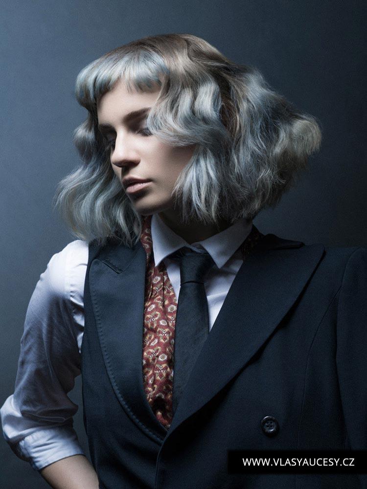 Polodlhé vlasy brunetky aj blondíny môže oživiť šedivý melír v kombinácii s modrými vlasmi vo farbe roku 2016 nazvanej Serenity. Účes je z kolekcie Kieran Tudor (BHA 2015).