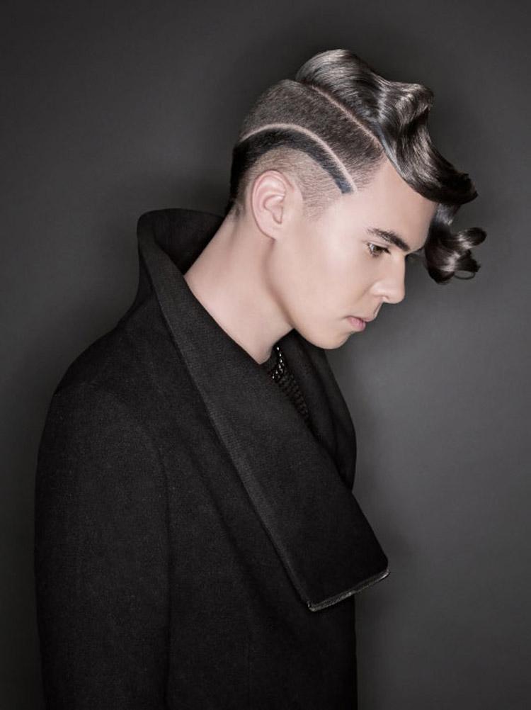 Šedé vlasy ako pánske účesy 2016 – krátke vlasy pre mužov s módnou kresbou a prirodzene zvlnenou dlhou ofinou.