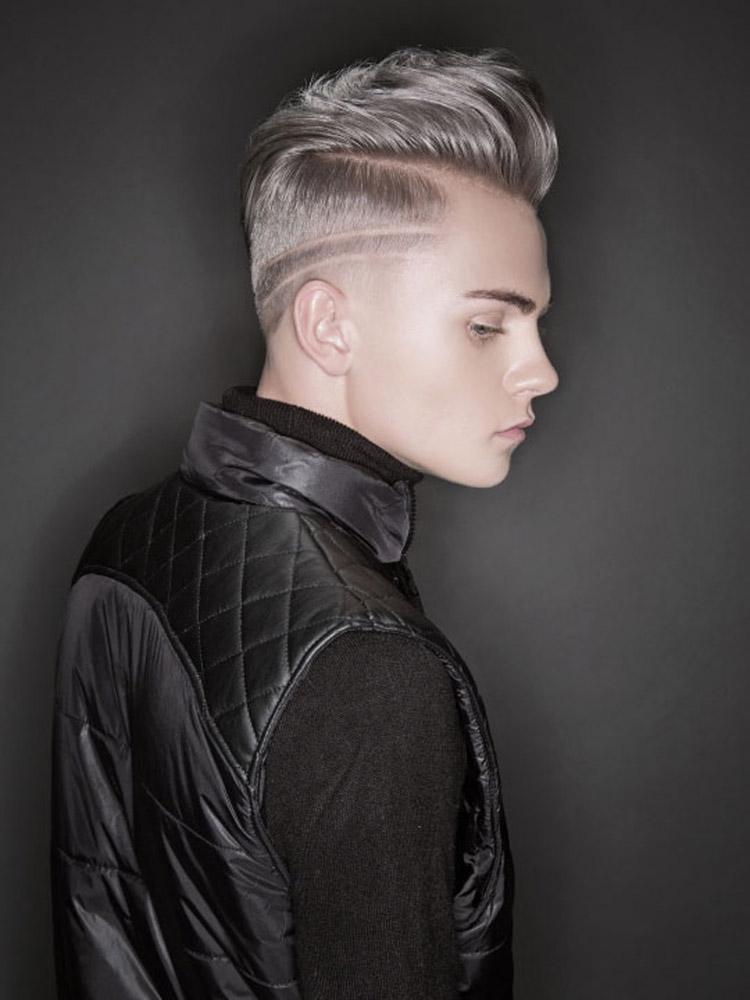 Šedé vlasy ako pánske účesy 2016 – krátke vlasy pre mužov s módnou kresbou a mohawk štýlom vyčesania ofiny.
