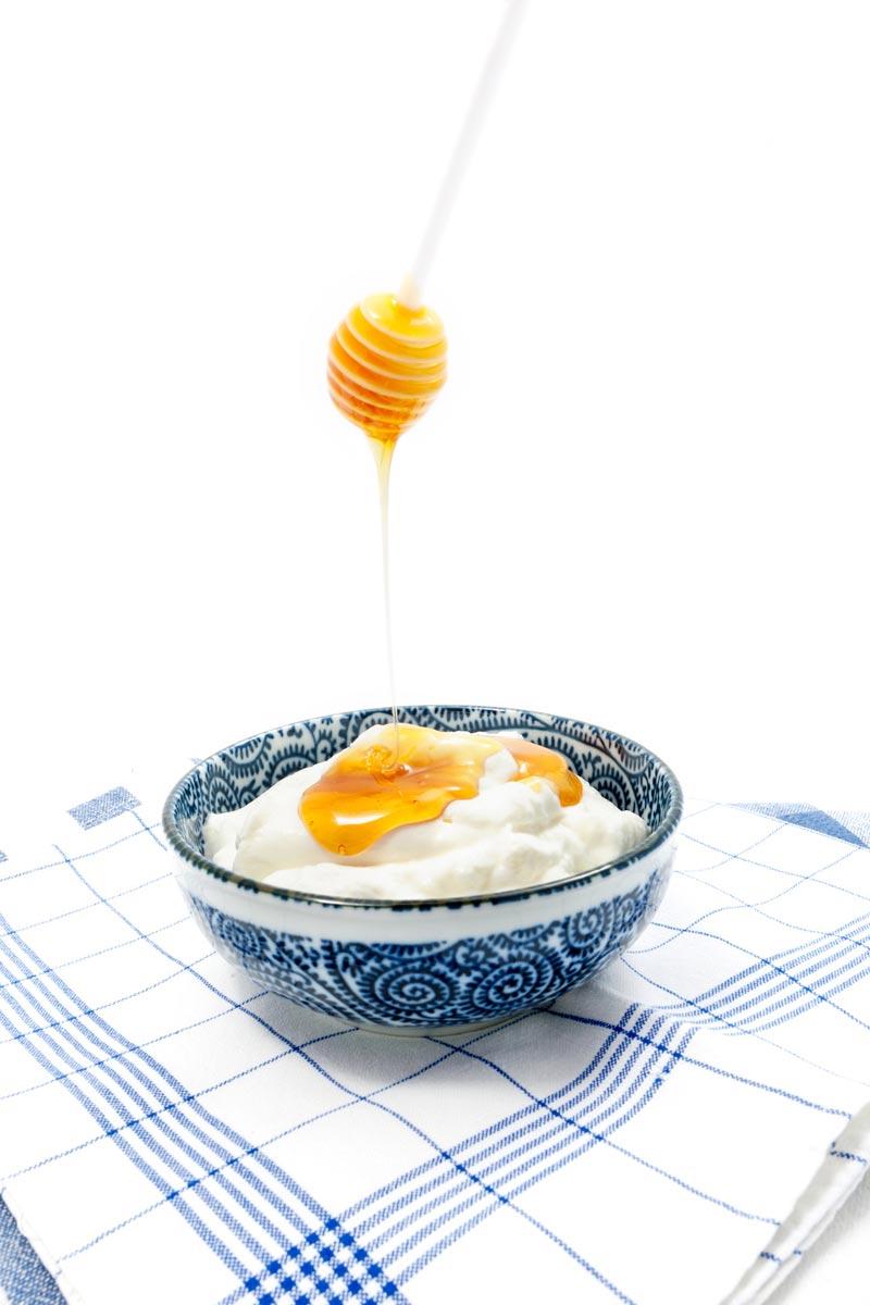 Jogurt a med, spolu aj samostatne, sú ideálnymi ingredienciami pre prírodnú starostlivosť o vlasy.