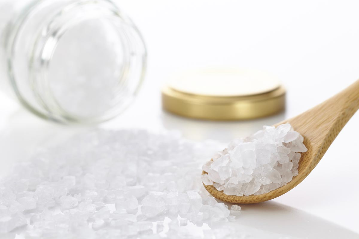 Hrubo drvená kamenná soľ je dokonalý peeling pre vlasovú pokožku. Súčasne sa z nej dela stimulačná masáž hlavy.