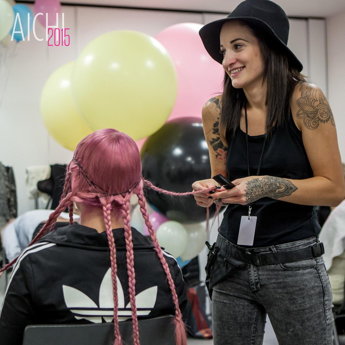 Kaderníčka Adéla Kodetová pri príprave účesov pre svoju show na galavečere AICHI 2015.