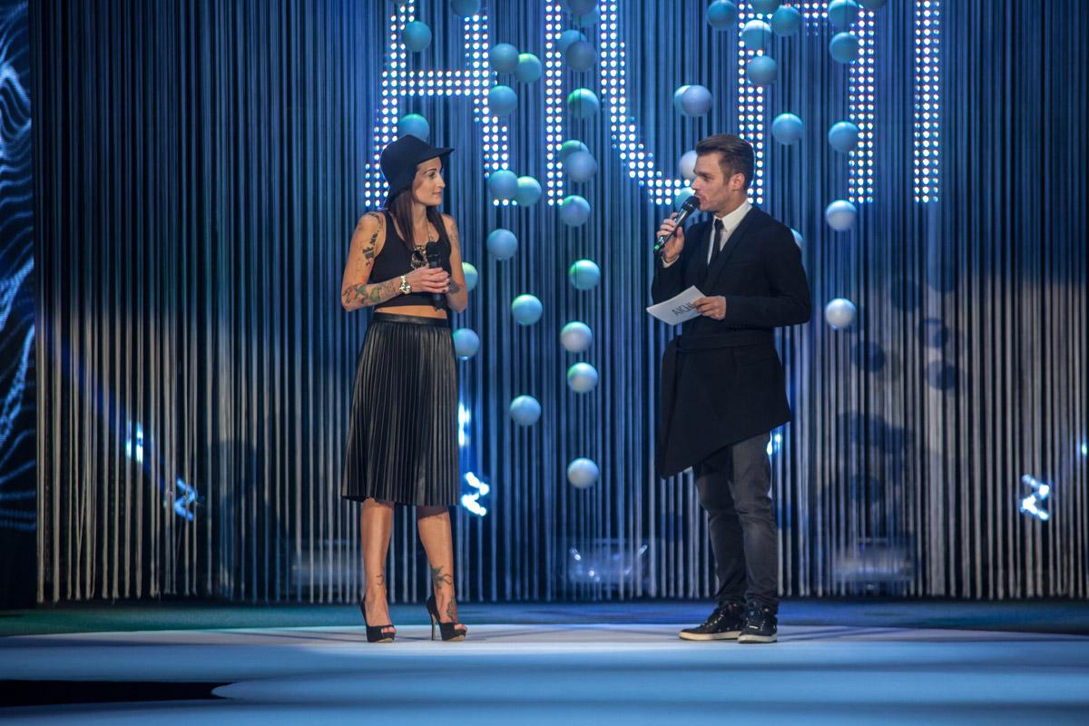 Adéla Kodetová na udeľovaniu cien AICHI 2015 odpovedá na otázky moderátora večera Leoša Mareša.