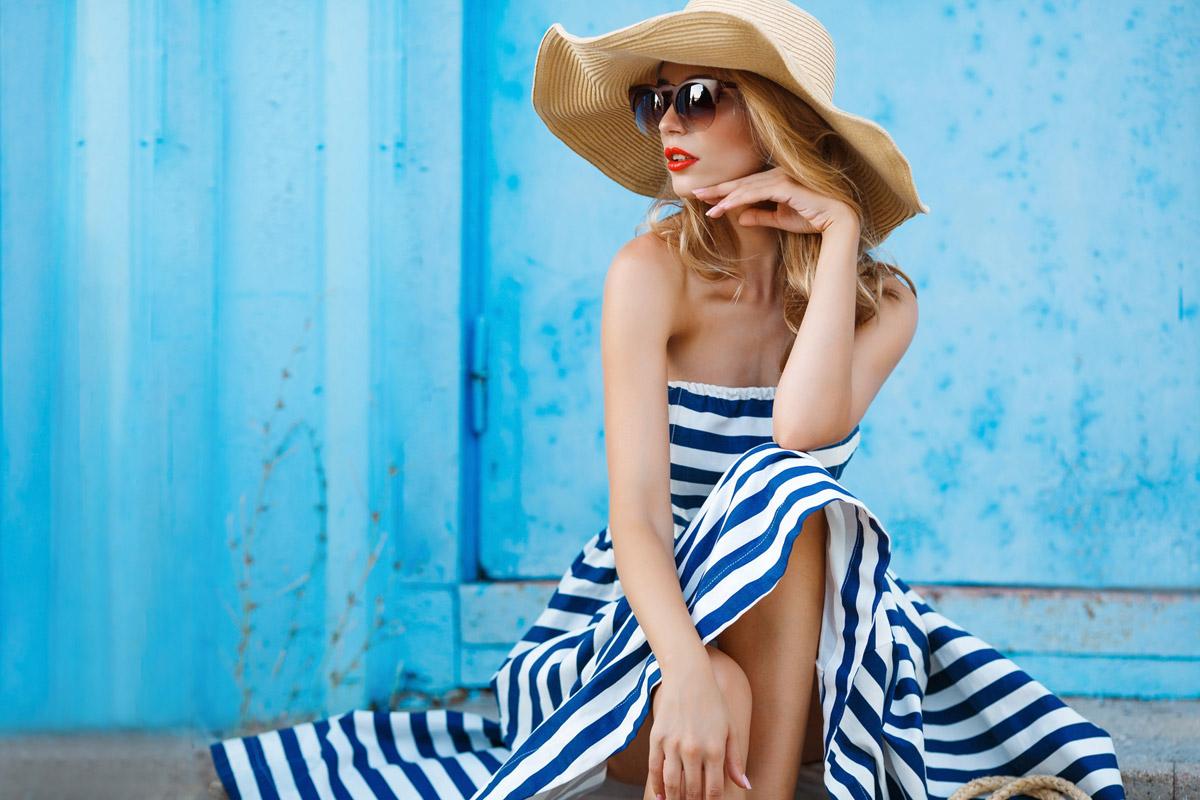 Námornícke pruhy na letných šatách vypadajú dokonale. Modely v tomto štýle kúpite v e-shope Mooda.sk.